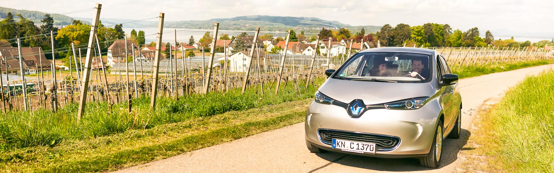 Fahrt mit dem E-Auto durch Weinberge