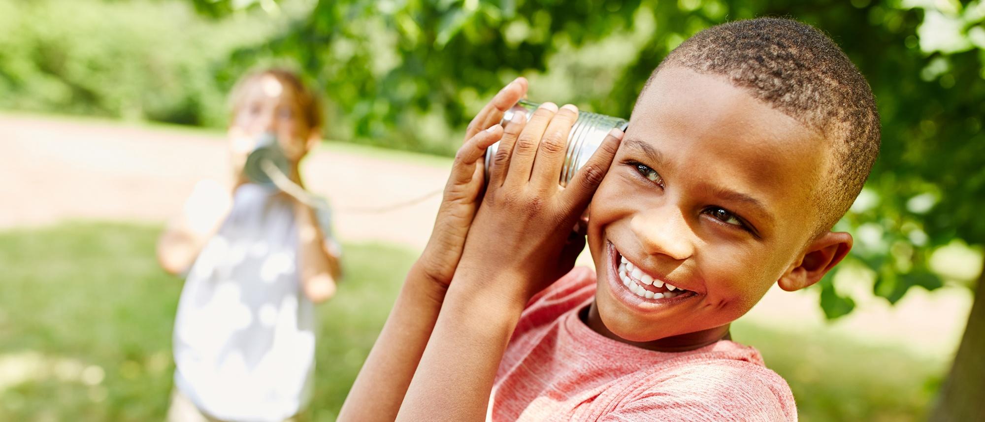 Zwei Jungs haben Freude am Dosentelefon